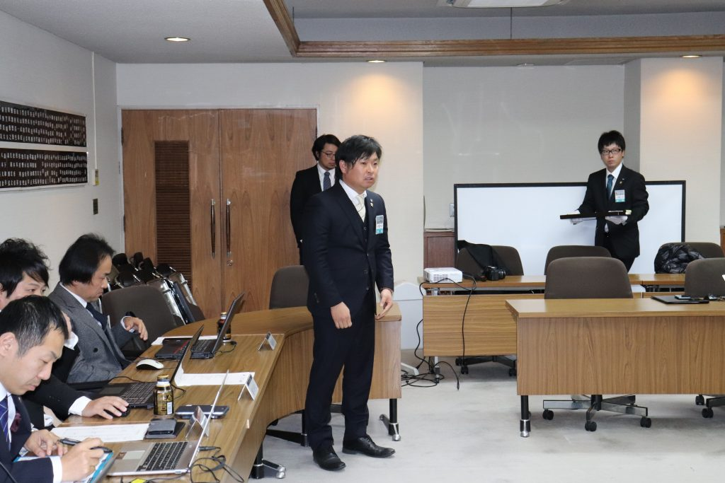 新会員バッチ授与・自己紹介(理事会)